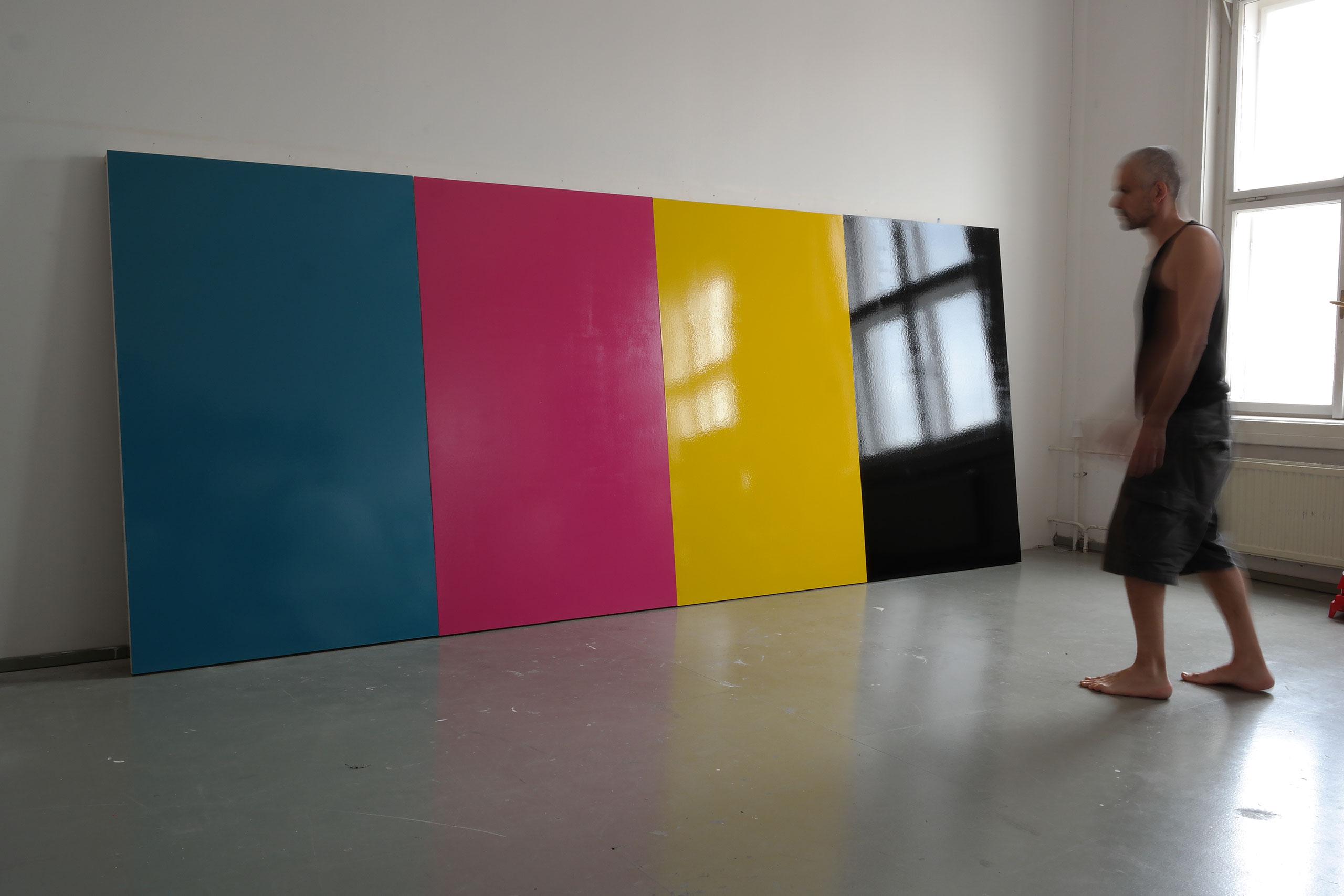 Michael Kargl: cmyk, 2015, Acryllack auf Holz, 175×420×5cm. Copyright: Michael Kargl